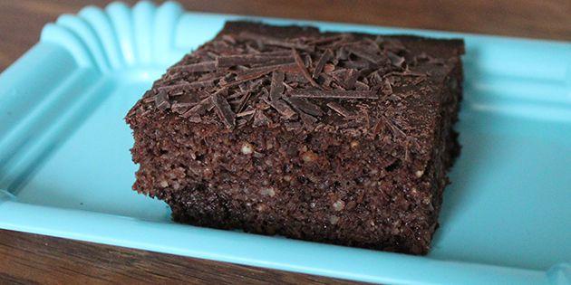 Et stykke af den luftige og svampet sunde chokoladekage.