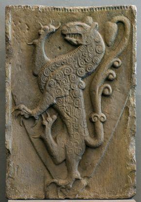 Wappenstein der Welfen aus Steingaden, Altbayern, um 1200, Sandstein. -- Steingaden wurde im Jahre 1147 durch Markgraf Welf VI., einen Onkel Heinrichs des Löwen, gegründet. Von 1070 bis zum Sturz Heinrichs des Löwen 1180 waren die Welfen Herzöge von Bayern. Steingaden war eines ihrer Hausklöster und diente als Grablege. Der Stein mit dem steigenden Löwen ist das älteste heraldische Denkmal aus Deutschland, sieht man von den Siegeln an Urkunden ab. […]