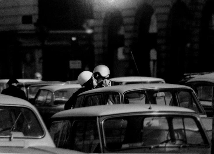 Robert Doisneau - baiser avec casques 1966
