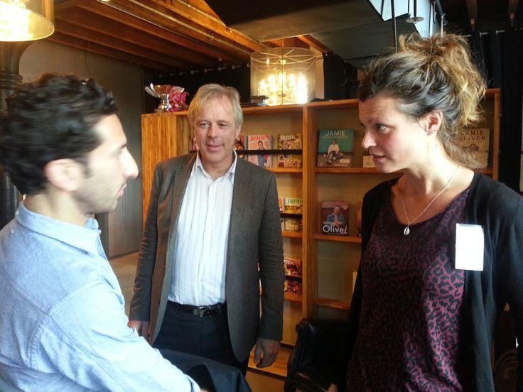"""Dinsdag 8 oktober 2013 Simon (links) met Jaap Seidell en Hanneke Noordam.  We praten over hun programma in Amsterdam Noord/Zuid Oost en Nieuw West: """" Met kinderen op een hele vanzelfsprekende manier werken aan 'Buiten spelen, water drinken en groente eten' op een manier die leuk is om te doen"""".   We zijn trouwens in Fifteen, restaurant van Jamie Oliver op een congres van Bionext. Per jaar wordt er al aan miljarden biologisch voedsel omgezet."""