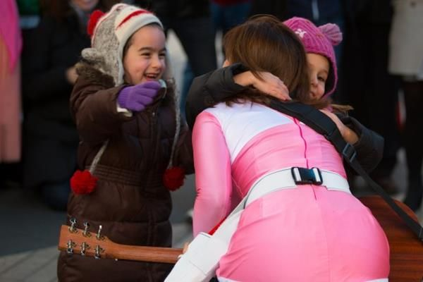 Amy Jo Johnson Returns As The Pink Power Ranger During A Street Performance [Video]