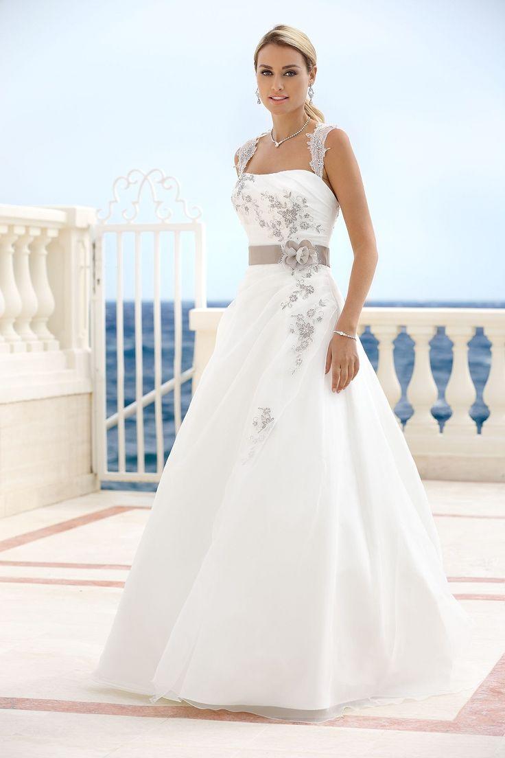 Mooie echte #Ladybird trouwjurk, hier gefotografeerd in ivoor/ sand. Wij hebben deze trouwjurk ingekocht uitgevoerd met French Blue kleur accenten, dat is veel aparter en heel trendy. Nieuwsgierig ?, maak dan een afspraak bij www.bruidshuisdokterdegraaf.nl en kom passen