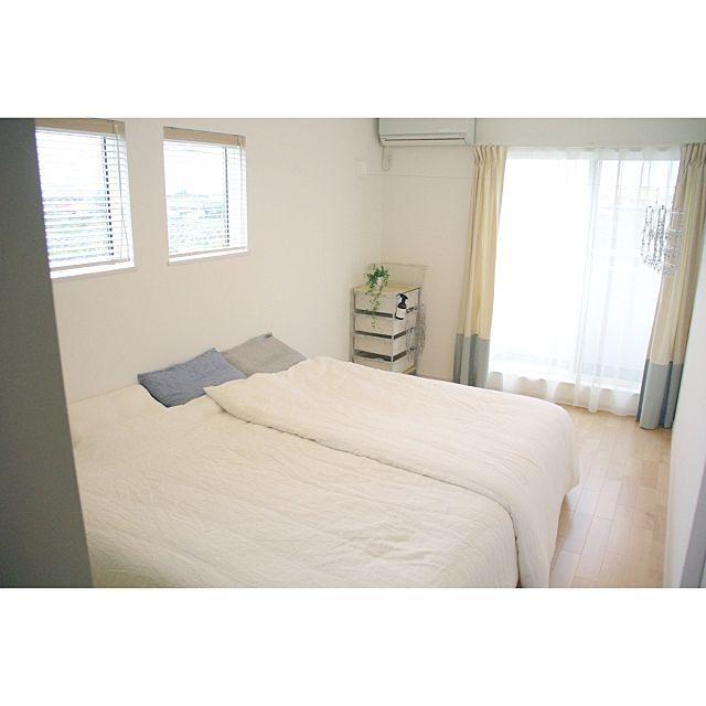 女性で、3LDKのベッドリネン/無印良品/ベッド/寝室/ベッド周りについてのインテリア実例を紹介。「何の飾りっ気もない寝室ですが、ようやくベッドが来たので… ベッドも寝具も無印です。 ダブルとスモールサイズをくっつけて親子3人で寝てます。 リネンの布団カバー気持ちいい~^^」(この写真は 2015-07-07 09:51:59 に共有されました)
