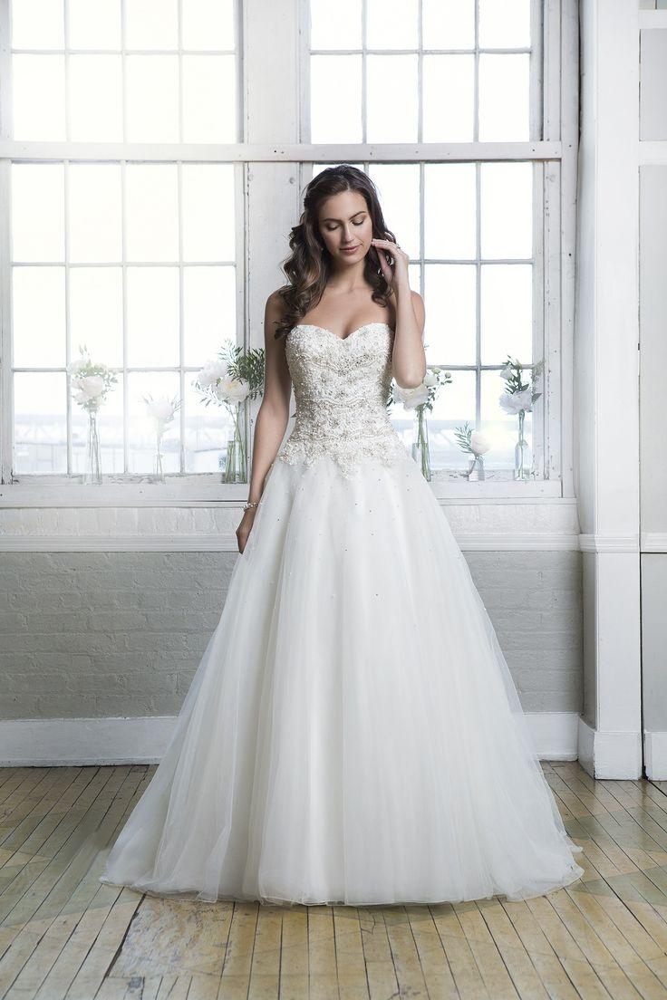 Rochia de mireasa Lillian West 6373 este croita in stil printesa din dantela si tul.  Culori disponibile: Ivory/Silver, White/Silver