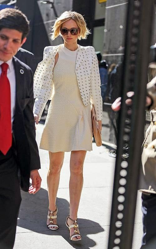 """Jennifer Lawrence participou do programa """"Good Morning America"""" nos estúdios da ABC,  vestida com um conjunto todo branco, em Nova York na segunda-feira (21 de abril)."""