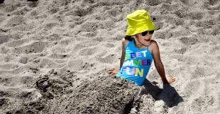 Solcreme. Sommeren står for døren, så Forbrugerrådet Tænk Kemi har testet en række solcremer for hormonforstyrrende stoffer og parfume. Generelt er resultatet positivt, men ni solcremer indeholder stoffer, der mistænkes for at være hormonforstyrrende. (Arkivfoto) - Foto: LÆRKE POSSELT
