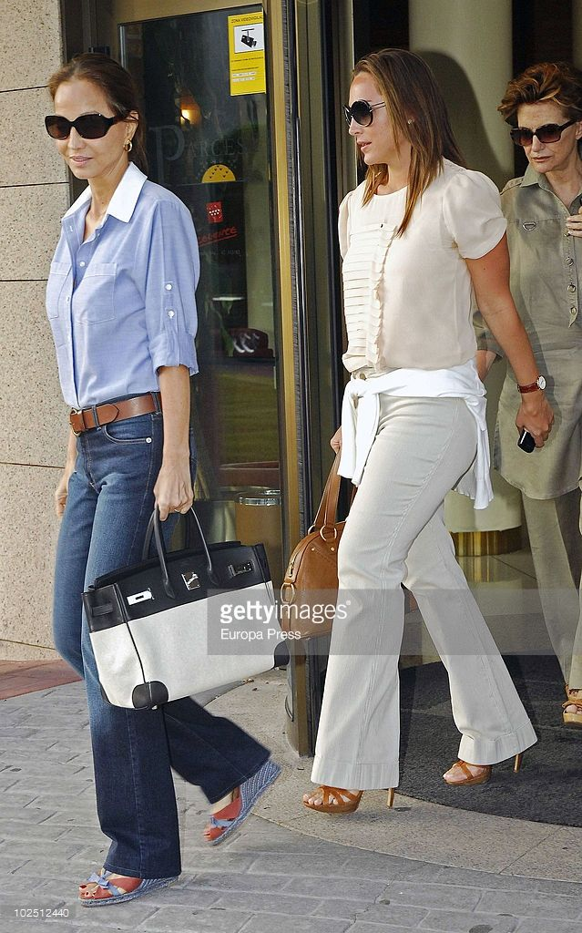 http://www.gettyimages.es/detail/fotografía-de-noticias/isabel-preysler-and-tamara-falco-attend-the-fotografía-de-noticias/102512440
