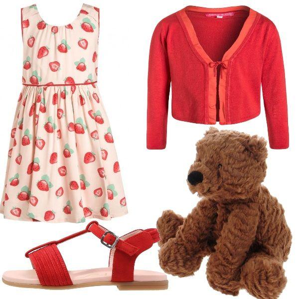 Outfit per le bambine più piccole composto da abito con fragole, cardigan rosso con fiocco, sandali rossi e orsetto di peluche. Adatto per un'uscita di sera.