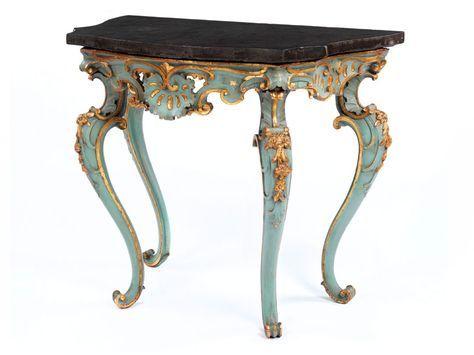 Vierbeinig, mit anthrazitgrauer Marmorplatte, grün gefasst und in den geschnitzten Dekorationen blattvergoldet. Die Beine unter reich bewegter, vorne weiter ...