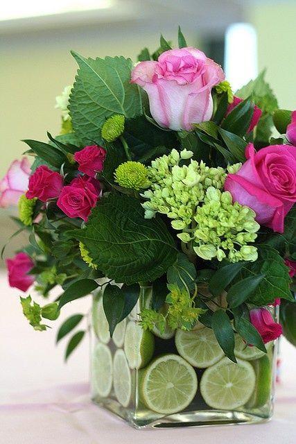 Lindo arranjo flores e frutas