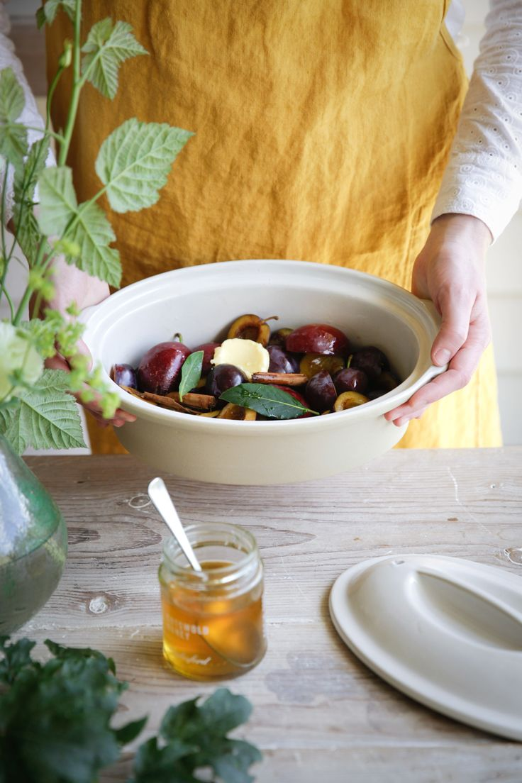 Baked wild plums with honey and juniper. Find the recipe in our free recipe eBook for autumn.