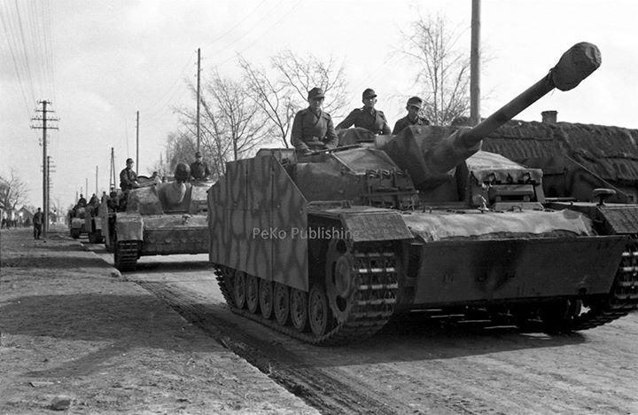 https://flic.kr/p/rPRpAf   gep. Selb. für Stu.G. 7,5 cm Stu.K. 40 (L/43) Ausf. F mit Zementpanzerung (Sd.Kfz. 142/1)   Une colonne de la Sturmgeschütz-Brigade 177 au printemps 1944.  Le véhicule de tête est intéressant à plusieurs titres : il s'agit d'un StuG III Ausf. F qui a été doté de Schürzen et d'une plaque de blindage additionnelle sommairement fixée à l'avant de la caisse, qui semble avoir bénéficié aussi d'un ajout de béton (tout comme la superstructure). Sa silhouette n'a plus…