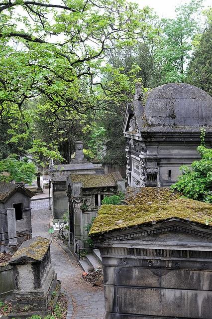Père Lachaise begraafplaats in Parijs. Wij liepen hier op een druilerige dag doorheen. Da's heel apart. (1986)