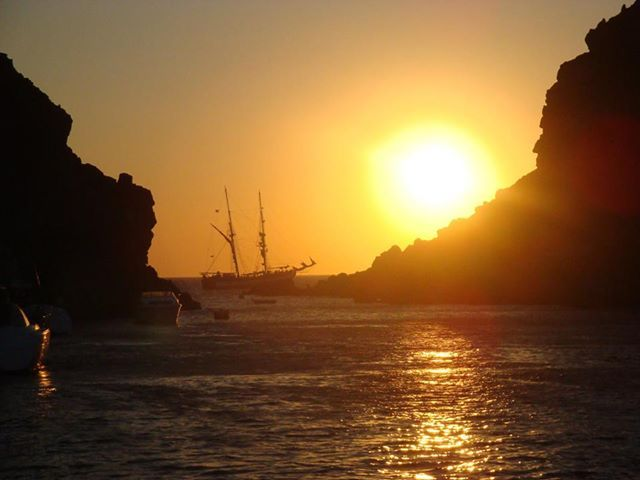 Sunset on the cruise boat! The port of Ammoudi in Oia!