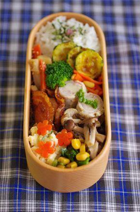 豚肉のモッツァレラ巻き弁当: <お弁当メニュー> ・れんこんキンピラ(れんこん、じゃがいも、にんじん、白ゴマ) ・豚肉のモッツァレラ巻き ・にんじん松の実炒め ・ズッキーニのカレーソテー ・きのこ3種のソテー(しめじ、まいたけ、しいたけ) ・ほうれん草コーン炒め ・ホタテの照り焼き ・ポテトサラダ