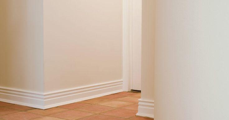 Colocación de placas de yeso en paredes curvas.. La placa de yeso es un material de construcción hecho de paneles de este mismo material, prensado entre láminas de papel, que se instalan en los travesaños de la pared para dar un acabado moderno a las construcciones. La instalación de paneles de yeso en paredes y techos de departamento estándares es un trabajo arduo pero generalmente sencillo. Si ...