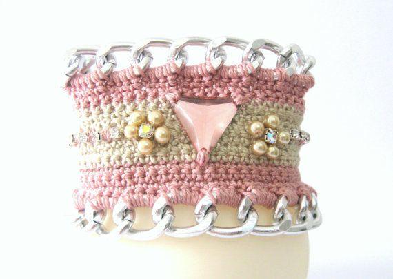 Crochet bracelet in pink and beige chain and by KlaritaBijoux, €18.00