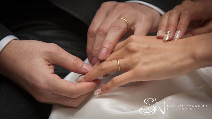 Beautiful hands with wedding rings #weddingrings #weddinginflorence #hands #weddingphotographer