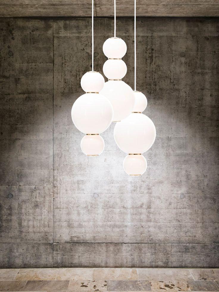 Mit edlem Lichterglanz bereichert Pendelleuchte Formagenda Pearls die Raumeinrichtung. Klassisch und elegant ist ihre Form, die sich in fünf möglichen Versionen präsentiert. Opale Glaskugeln sind an der Leuchte aufgereiht, die goldbraun schimmernden Messingringen als Bindeglied tragen. Auf zwei Kugelgrößen bauen diese Varianten auf, die jedes Modell ganz individuell gestalten. Die Leuchtkugeln werden von einem 2m langen Textilkabel in der Luft …