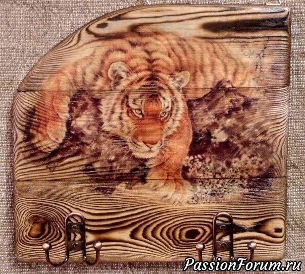 """Ключница собрана из трех сосновых досок на столярный клей """"Момент"""". Верхняя часть, вырезана под очертания тигра и рисунок дерева. Финишное покрытие - мебельный воск, который приглушил блеск лака. Лак, хоть и полуматовый (Кива 30), но все равно блестит..."""