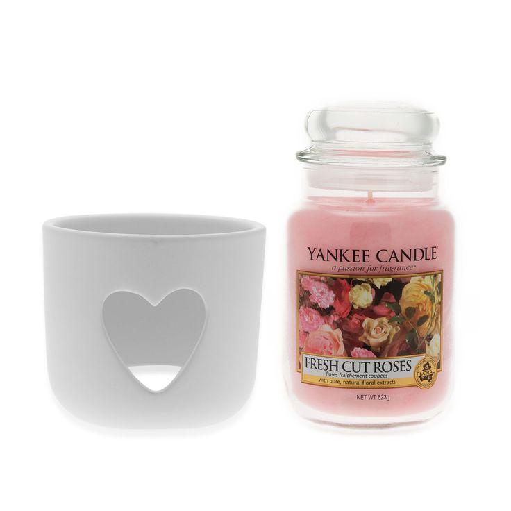Yankee Candle Anniversario, il set firmato Yankee Candle che include una giara grande nella fragranza Fresh Cut Roses e un porta giara perfetto per abbellire il tuo arredamento con un tocco di stile in più