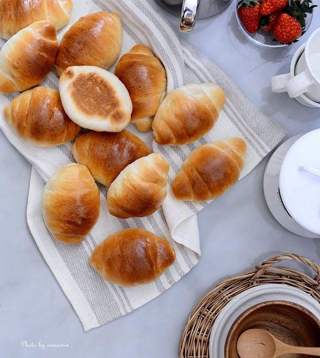 Instagram media by sugarmix70 - ・ 久しぶりのパン焼き、#バターロール 。 バターやジャムをつけて。切り込みを入れて具材を詰めてサンドイッチに。 どれも美味しいけど、オーブンから出したてのホヤホヤを頬張るのは格別の美味しさ。これを味わえるのは焼いた人の特権だね。 + + #手作りパン #パンづくり #ロールパン #手作り #はるゆたか #おうちカフェ #おうちごはん #焼きたてパン #homemadebread  #bread #dinnerroll #homebaking #delistagrammer #ouchigohan #クッキングラム #cookingram #locari #beautifulcuisines #tv_stillife #w7style #foodphotography #foodporn #still_life_gallery #igersjp #朝時間 #おうちパン #テーブルフォト #yummy #onthetable
