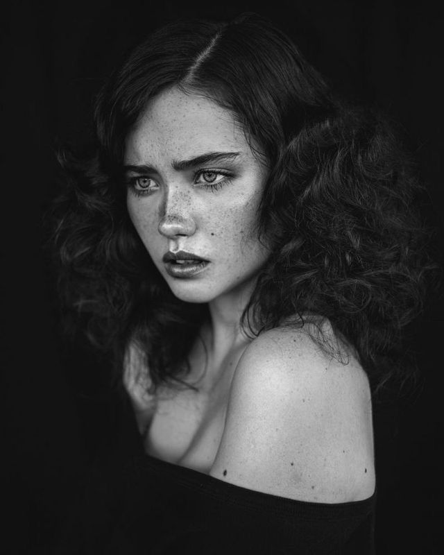 Beautiful Portraits of Women With Freckles - Agata Serge is a young self-taught photographer from Lodz, Poland who currently based in Amsterdam, The Netherlands. Agata started photography in she shoots a lot of portrait, black and white… Foto Portrait, Female Portrait, Woman Portrait Photography, Beauty Portrait, Dark Portrait, Fashion Photography, Portrait Shots, Portrait Ideas, Women With Freckles