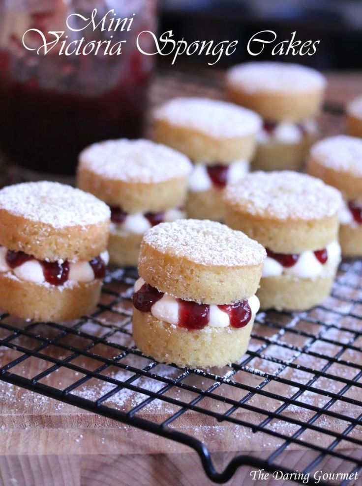 Mini Victoria Sponge Cakes \I like the idea of mini cakes. it's the perfect amount & so pretty!
