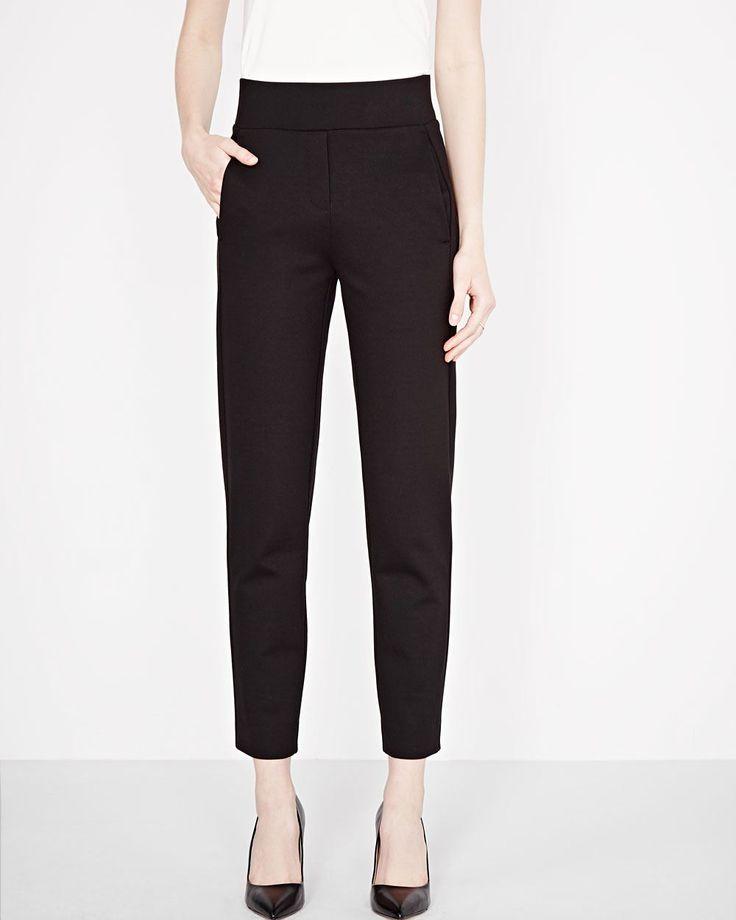 Ce pantalon à jambe étroite est destiné à devenir votre compagnon de voyage favori. Résistant aux plis, coupé dans un tissu extensible et avec une taille à enfiler, vous voudrez le porter du matin au soir.<br /><br />- Entrejambe de 27po<br />- Poches<br />- Taille à enfiler<br />- Résistant aux plis