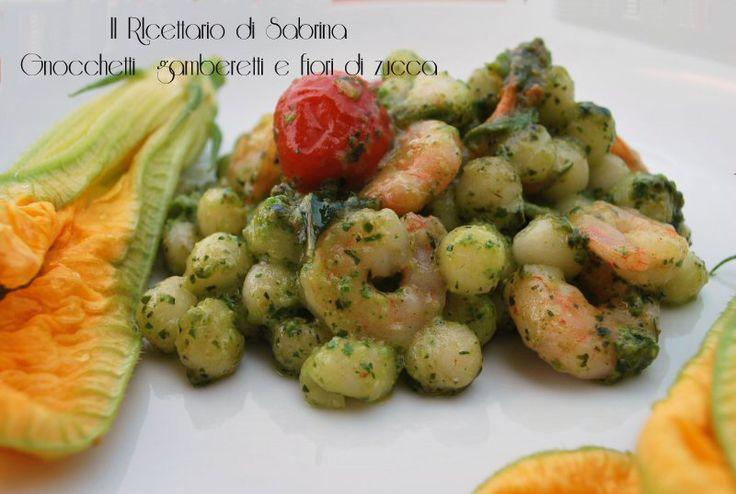 Gli gnocchetti al pesto, fiori di zucca e gamberetti sono un primo colorato e profumato, ideale per l'estate.