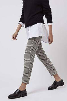 Jersey negro+ pantalón de cuadros+ blusa blanca.
