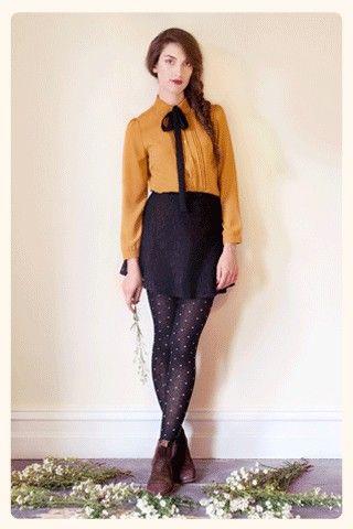 Princess Highway - blouse jaune lavallière noire et jupe haute noire + collants à pois