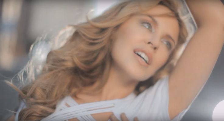 La actriz y cantante australiana recibió presiones de un país para censurar los besos entre personas del mismo sexo que aparecían en el videoclip de «All the lovers», primer sencillo de su álbum «Aphrodite».