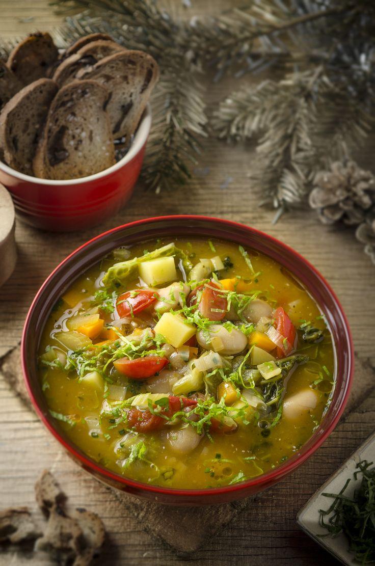 Eine kräftige Wurzelgemüsesuppe mit Olivenbrotchips macht satt und glücklich!