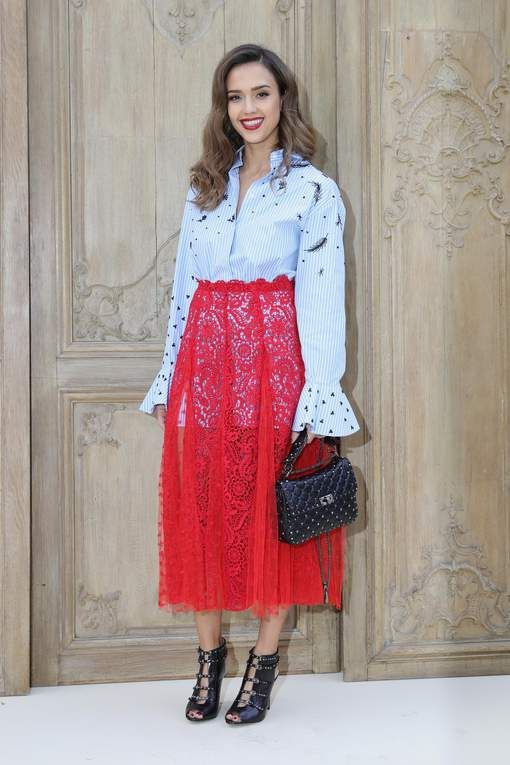 Nieuwe trend: de originele manier waarop Jessica Alba haar hemd draagt