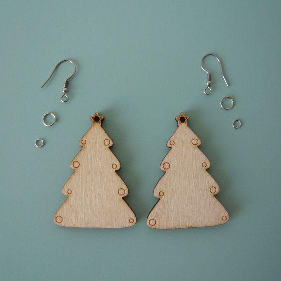 Kit per creare un paio di orecchini a forma di albero di Natale, gli alberelli sono realizzati col taglio laser da mio disegno originale. Puoi verniciarli con rullo, pennello o spray, oppure lasciarli così color legno.  Gli alberelli sono alti 5 cm (tolleranza di 1mm) e lo spessore del legno è di 4mm.  Il materiale è mdf, composto da fibbra di legno ricavata da scarti di produzione, per cui è un materiale molto ecologico. Oppure multistrato di pioppo.  Col taglio laser possono restare dei…
