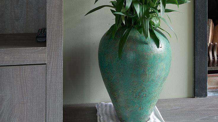 ROFRA Home - Keramieken vaas Telur ziet eruit als een kunstwerk. De combinatie van fraaie kleuren geven deze vaas een bijzondere uitstraling. Deze wordt versterkt door het ontwerp dat van onderen naar boven breder rond uitloopt. Uiteraard kan je bloemen in deze vaas plaatsen. Dat brengt nog meer sfeer en gezelligheid in het interieur. Ter decoratie kan deze vaas echter ook prima in het interieur staan zonder gevuld te zijn met bloemen.