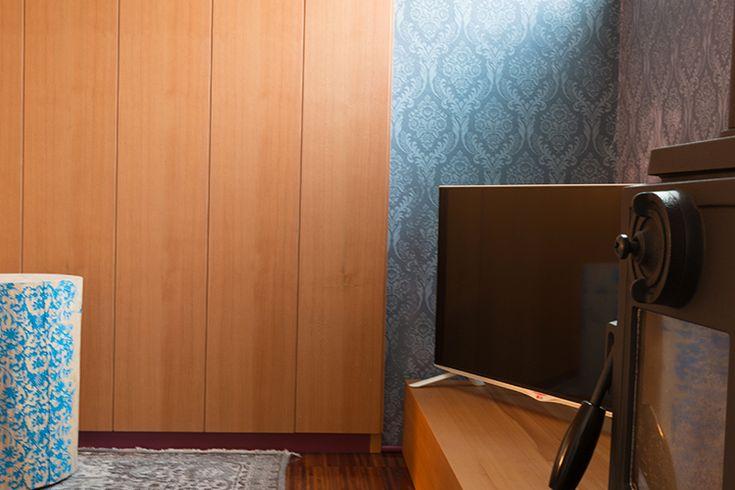 Boiserie | Millenove89 Boiserie su misura in essenza di cedro con battiscopa in alluminio verniciato a campione. Porta tv panca in essenza, rivestimento murario su disegno del cliente. #boiseriesumisura #boiseriedesign #portatv