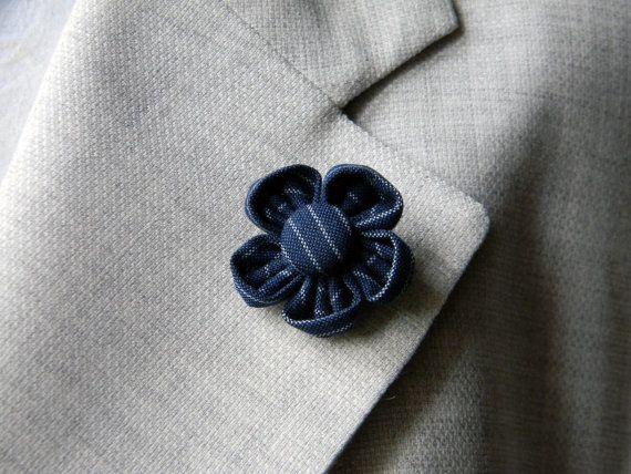 Boutonniere da uomo a forma di fiore cucito a mano. Il tessuto dei petali e del bottone è un cotone gessato. Potete scegliere la versione in bianco e