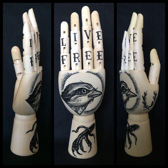Mini houten hand met originele tekeningen van een door Inkspirednl