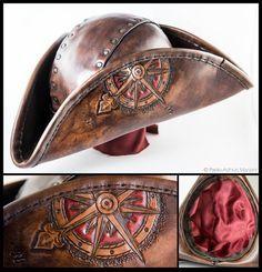 C'est un chapeau TRICORNE pirate style, fait de cuir bouilli, 2mm d'épaisseur ; formé et cousu à la main. Il convient bien pour les jeux de jeu de rôle, cosplay, pirate et costumes steampunk.  Le chapeau est fait avec du cuir italien de qualité et doublé de satin rouge  S'il vous plaît fournir la circonférence de la tête.  Il va me prendre de 4 à 6 semaines pour compléter le travail. Si vous avez des demandes particulières, quil peut prendre un peu plus long et le coût peut-être changer un…