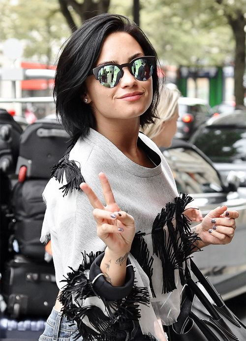 I am obsessing over DemiLovato haircut Hair and nails Pinterest