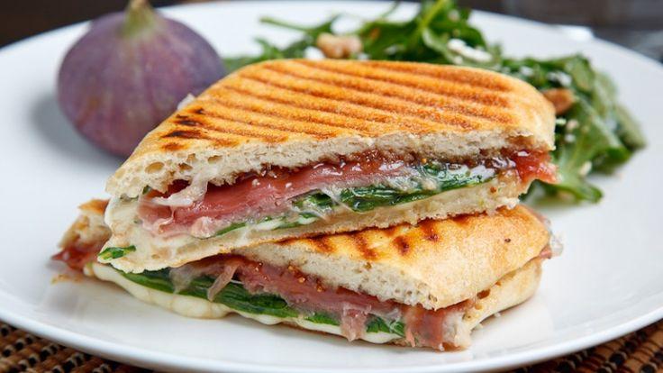 Panino grigliato con prosciutto. La ricetta per il panino perfetto. http://winedharma.com/it/dharmag/aprile-2014/come-preparare-il-panino-grigliato-perfetto-con-prosciutto-fichi-mozzarella-e-ru