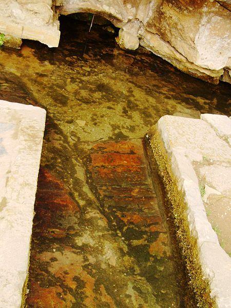 Liefdesverhaal Pedro en Inês uit 14e eeuw. Rood gekleurde stenen: schimmel of bloed? Volgens de legende is dat het bloed van Inês. Welke drama´s hebben zich hier afgespeeld? #Coimbra #liefdesverhaal #legende