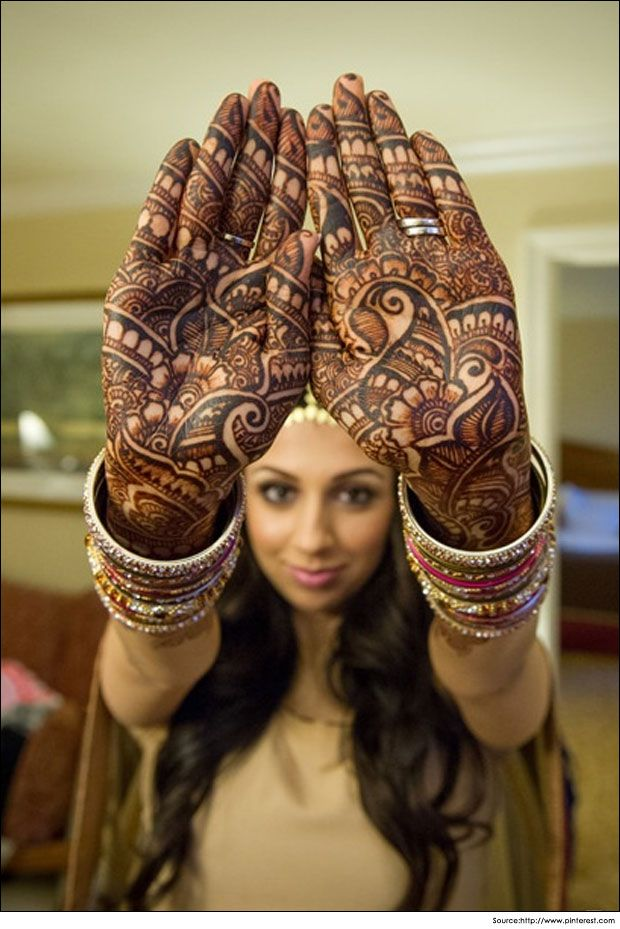 clever bridal #mehandi design that forms a beautiful #pattern on the bride's hands.