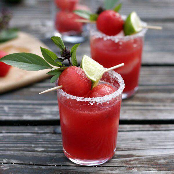 А вы знаете, что #арбуз можно не только есть, но и сделать из его сока различные освежающие напитки?  Для получения #сока из арбуза воспользуйтесь блендером. И через сито очистите его от семечек.  1 рецепт:  - #сок #арбуза – 100 мл.,  - минеральная #вода (газированная) – 100 мл.  Смешиваем до однородности.  2 рецепт:  - сок арбуза – 100 мл.,  - #банан – 1 шт.,  - #кокосовое #молоко или #сливки – 100 мл.,  - #сахар – 1 ч.л.  Взбиваем полученную смесь блендером до однородности…