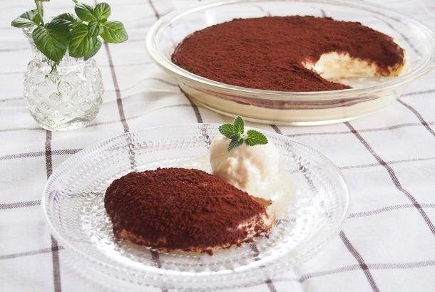 ティラミスは、イタリア語で「私を元気にして」という意味。(参照:コトバンク) 通常は、フィンガービスケットにコーヒーとリキュールを染み込ませた生地の上にチーズクリームを重ねて作りますが、今回ご紹介するレシピはチーズクリームだけのもの。3つの材料を混ぜてビターパウダーをふるうだけ。 手軽に作れて、仕上がりは軽いふわふわの...