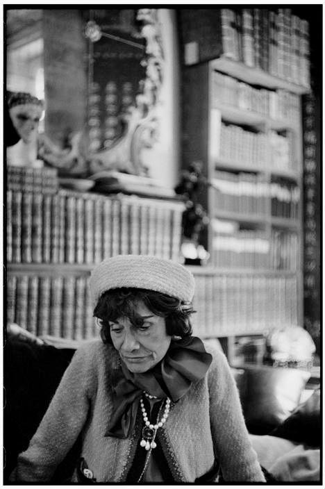 Coco Chanel in Paris, 1964. Photo : Henri Cartier-Bresson.