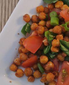 Een heerlijke vegetarische salade met geroosterde kikkererwten uit de oven, bosui, cherrytomaatjes en verse basilicum. Echt een aanrader om eens kikkererwten met kruiden uit de oven te bereiden, niet alleen lekker in een salade maar ook om zo op de…