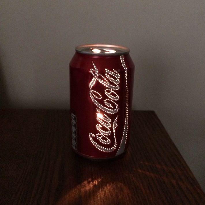 Confira o passo a passo gringo de uma luminária de latinha de coca cola